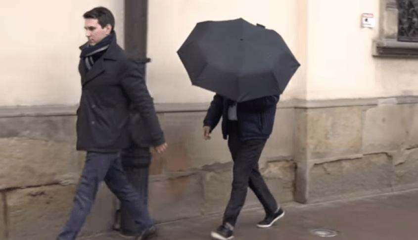Sport za czarnym parasolem panaLy.